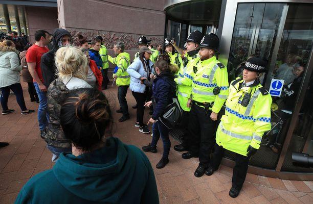 Poliisi tukki sairaalan sisäänkäynnin mielenosoittajilta Liverpoolissa maanantaina.
