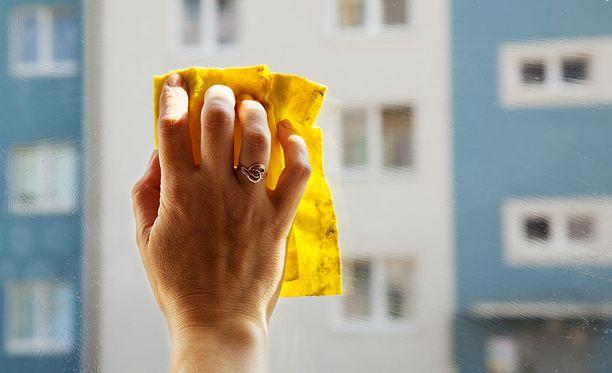 Maalitahra lähtee ikkunoista kynsilakanpoistoaineella.