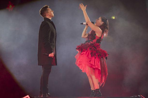 Saara muisteli englanniksi ja suomeksi, miten Matt oli ensimmäinen X Factor -kilpakumppani johon hän tutustui.