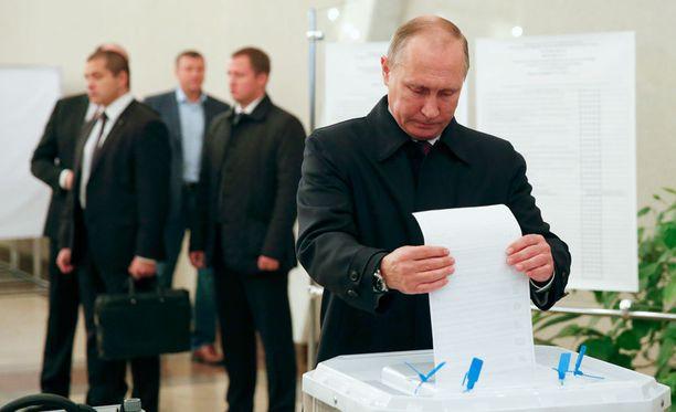 Vladimir Putinin valtapuolue Yhtenäinen Venäjä jakaa kansalaisten mietteet.