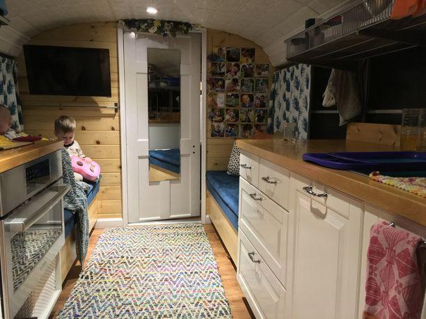 Täysin varustellusta keittiöstä löytyvät myös sekä tavallinen uuni että mikro.