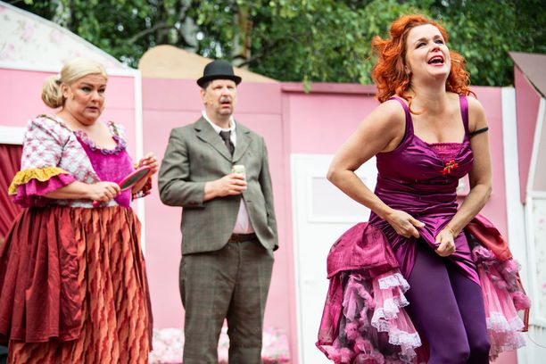 Kirsi Yliljoki ottaa kaiken irti miestennielijä Rosen roolistaan. Sanna Saarijärven Daisy ja Seppo Halttusen Onslow säestävät.