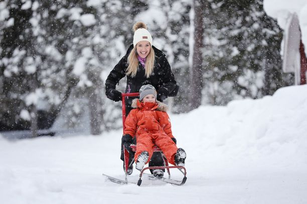 Norjalainen sometähti Monica Nyhus rakastui Suomessa pehmeään ja puhtaanvalkoiseen lumeen, jossa lapset jaksoivat temmeltää aamusta iltaan.