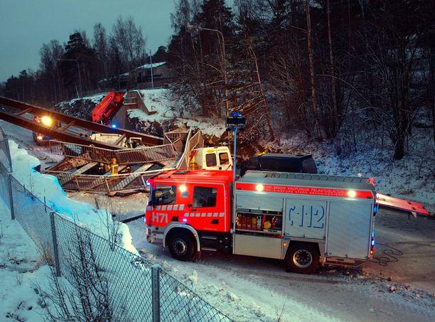 Palokunta sai ilmoituksen onnettomuudesta kello 15.18. Tapahtumapaikka on Mikonpojanpolun kohdalla.
