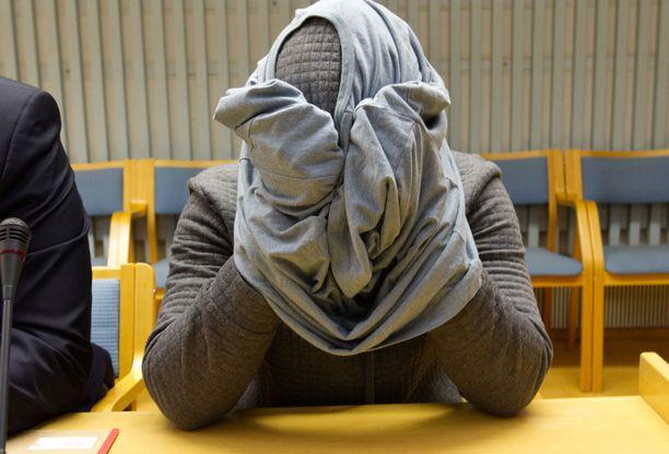 Ali Osman Mohamed peitti kasvonsa käräjäoikeudessa.