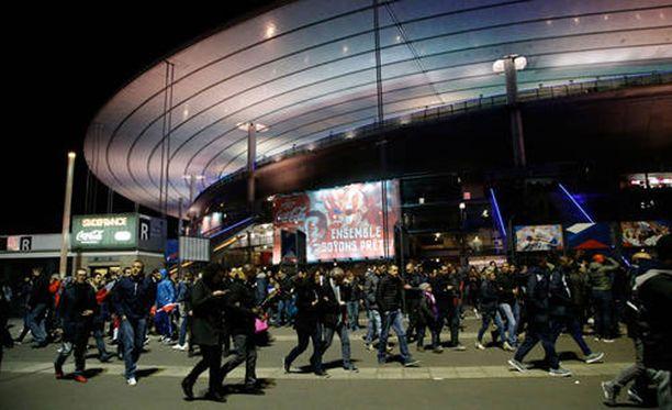 Itsemurhapommittajat räjäyttivät itsensä lähellä Stade de France -stadionia.