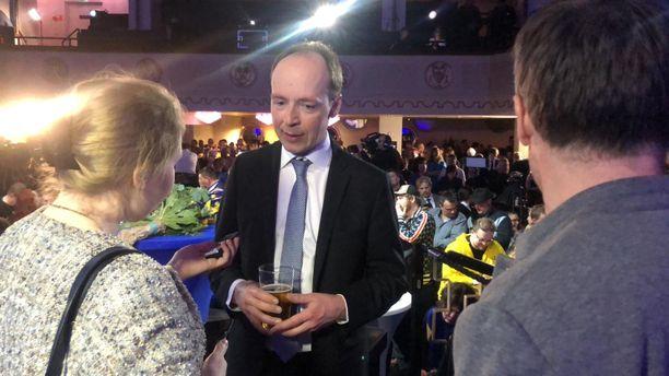 Jussi Halla-aho sai käteensä loppuillasta oluttuopin. Vaaleat oluet ovat Halla-ahon mukaan hänen mieleensä.