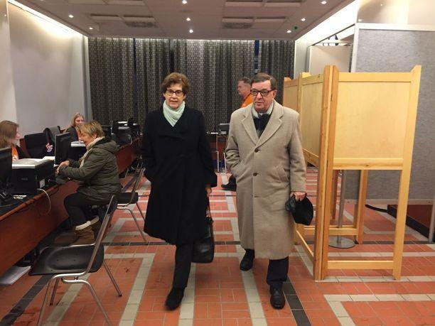 Väyrynen äänesti yhdessä vaimonsa Vuokon kanssa.