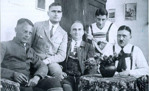 Rudolf Hess (toinen vasemmalta) ja Adolf Hitler (oik.) muiden natsijohtajien kanssa vuonna 1923.