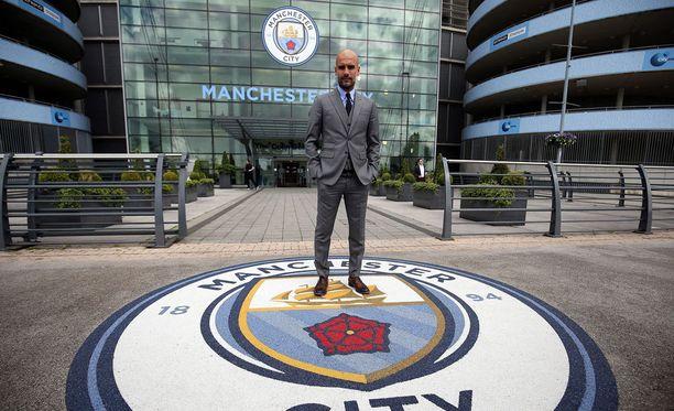 Etihad Stadiumin Pokémon-sali sijaitsee samassa kohtaa, missä Manchester Cityn uusi valmentaja Pep Guardiola poseerasi medialle.