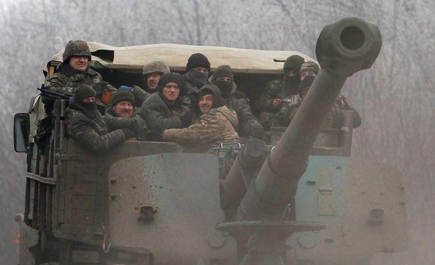 Ukrainan joukkoja kulki eilen Debaltseven lähistöllä.