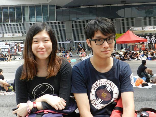 Ohjelmistosuunnittelija Kit (oikealla) on ollut paikalla useana päivänä töiden jälkeen. Opiskelijat tarvitsevat kaikkien kansalaisten tukea, hän totesi.