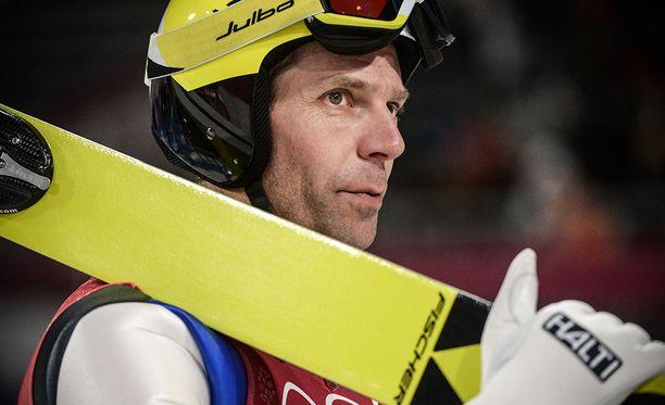 Janne Ahonen selvitti tiensä kisaan vaivoin 111 metrin hypyllään.