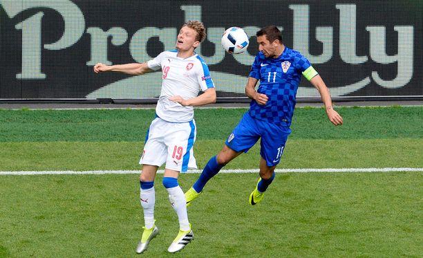 Ladislav Krejci ja Darijo Srna taistelivat eilisessä D-lohkon ottelussa.