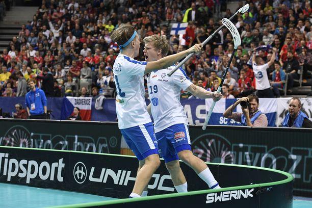 Joonas Pylsy (oikealla) teki Suomelle kaksi maalia. Kuvan juhlissa mukana Peter Kotilainen.