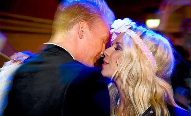 Janne Grönroos ja Krista Siegfrids lähikontaktissa euroviisuhuumassa 2013.