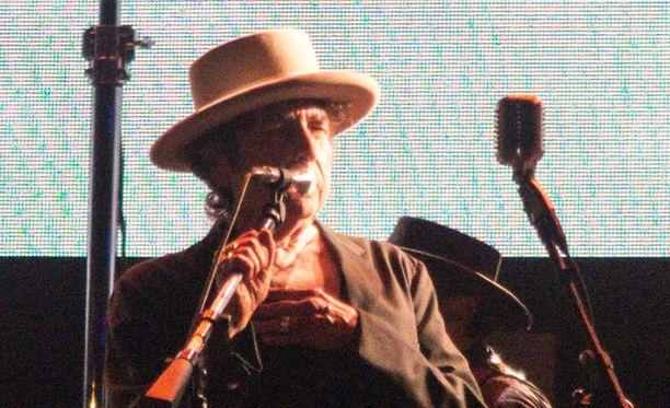 Bob Dylan keikkailee Tukholmassa ja saa samalla palkintonsa.