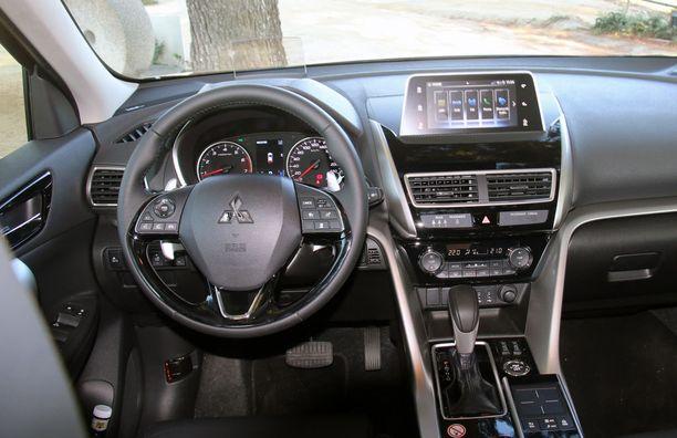 Kuljettajan eteen avautuu perinteinen analoginen, hieman Lexus-tyylinen mittaristo ja kojelaudan keskellä on 7-tuumainen audio- ja viihdekäyttöön tarkoitettu kosketusnäyttö.