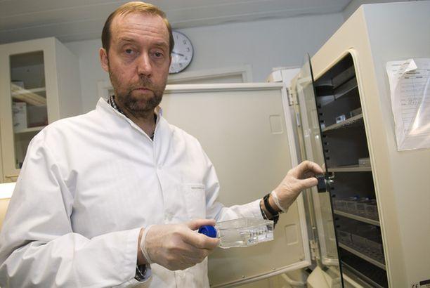 - Leikkauksessa poistettu kudos on erittäin arvokasta tutkimusmateriaalia. Tutkimuskudospankki välittää kudosta kokeisiin, professori Timo Ylikomi kertoo laboratoriossaan Tampereella.