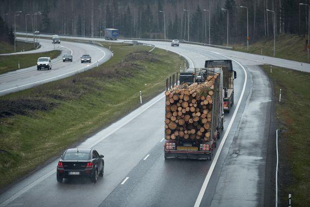 Liikennettä Lahdenväylällä.