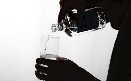 Oluttölkki kallistumassa 4 senttiä, viinapullo 55 senttiä - näin alkoholiveroa on kiristetty