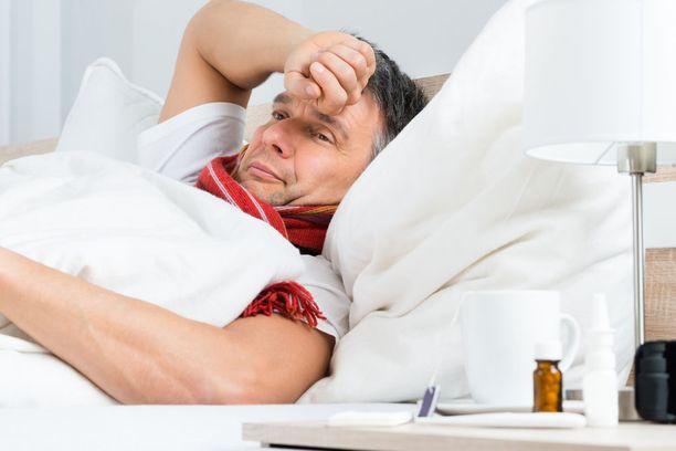 Myyräkuumeen ensioireita ovat kuume sekä pää-, selkä- ja jäsensäryt. Suurin osa tartunnoista on kuitenkin oireettomia tai lieviä kuumetauteja.
