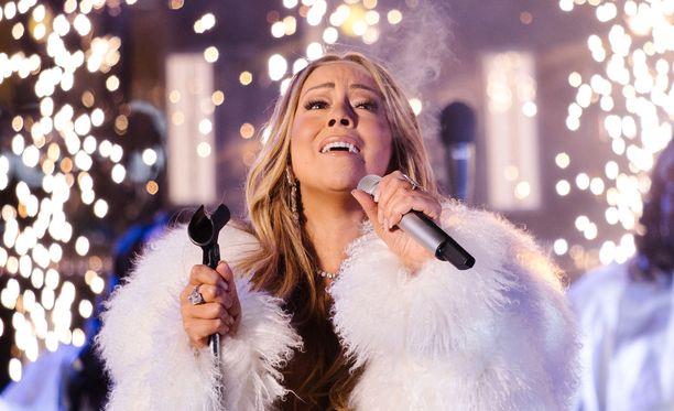 Mariah Carey päätti esityksensä Hero-kappaleeseen.