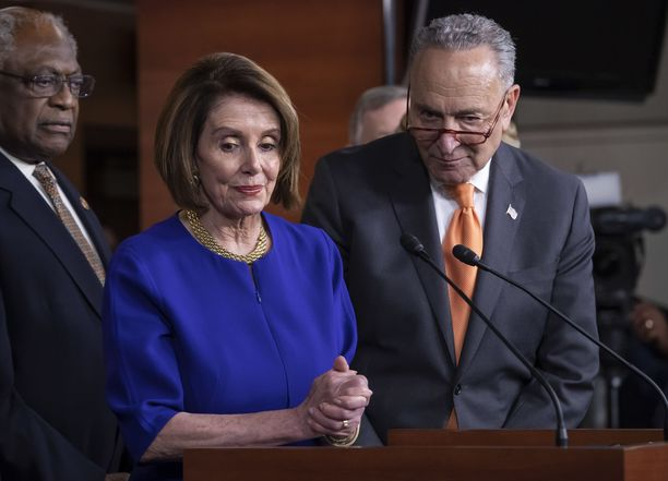 Nancy Pelosi ja Chuck Schumer hämmästelivät presidentin käytöstä.