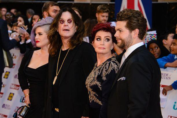 Vasemmalta oikealle: Kelly Osbourne, Ozzy Osbourne, Sharon Osbourne ja Jack Osbourne.