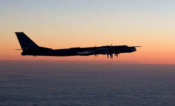 Suomen Ilmavoimat kuvasivat venäläisen Tupolev Tu-95-koneen Itämerellä.