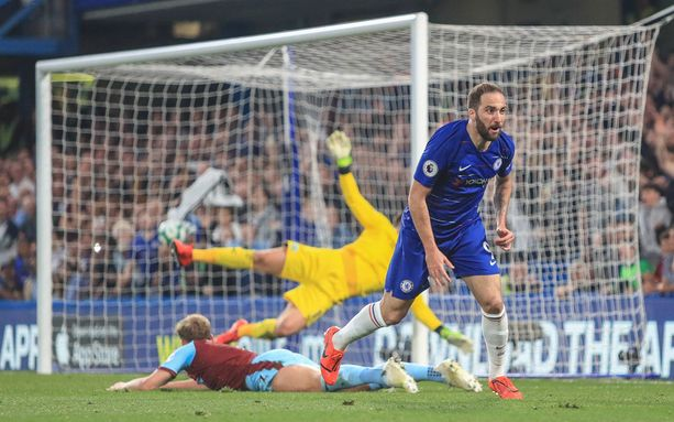 Gonzalo Higuain vei Chelsean 2–1-johtoon vartin kohdalla.
