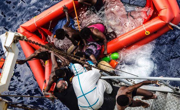 Libyan rannikkovartiosto auttoi siirtolaisia merestä.