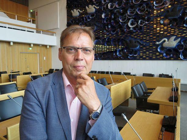 Lauri Lyly lupaa tulla hyvin toimeen Tampereen kokoomuslaisen rautakansleri Kalervo Kummolan kanssa. Kummola on kaupungin kakkosmies kaupunginhallituksen varapuheenjohtajana. - Meillä on molemmilla laajat verkostot, se on eduksi kaupungille, Lyly sanoo.