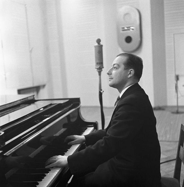 George de Godzinsky sävelsi suosikki-iskelmän Äänisen aallot. Kuva vuodelta 1935.