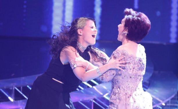 Saara Aalto ja häntä mentoroiva Sharon Osbourne repesivät riemuun, kun Saara selvitti tiensä X Factorin finaaliin.