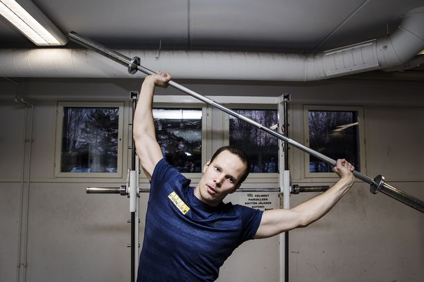 Tero Pitkämäki tammikuussa 2018 Kuortaneen urheiluopistolla. Hän teki voimaharjoittelun alkuverryttelyä 20 kilon tangolla.
