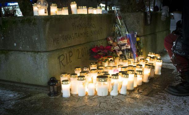 Teinitytön kuolema herätti tunteita ja järkytti keravalaisia nuoria. Hänen muistoaan kunnioitettiin rikostalon edustalla kynttilämerellä.