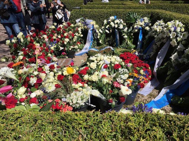 Koiviston haudan edustalle maahan oli laskettu myös lukuisia kynttilöitä.
