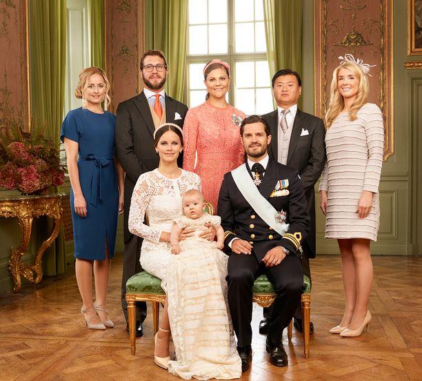 Prinssin kummit Lina Frejd (vas.), Carl Philipin serkku Victor Magnuson, kruununprinsessa Victoria, Carl Philipin ystävä Jan-Åke Hansson ja Sofian ystävä Cajsa Larsson.