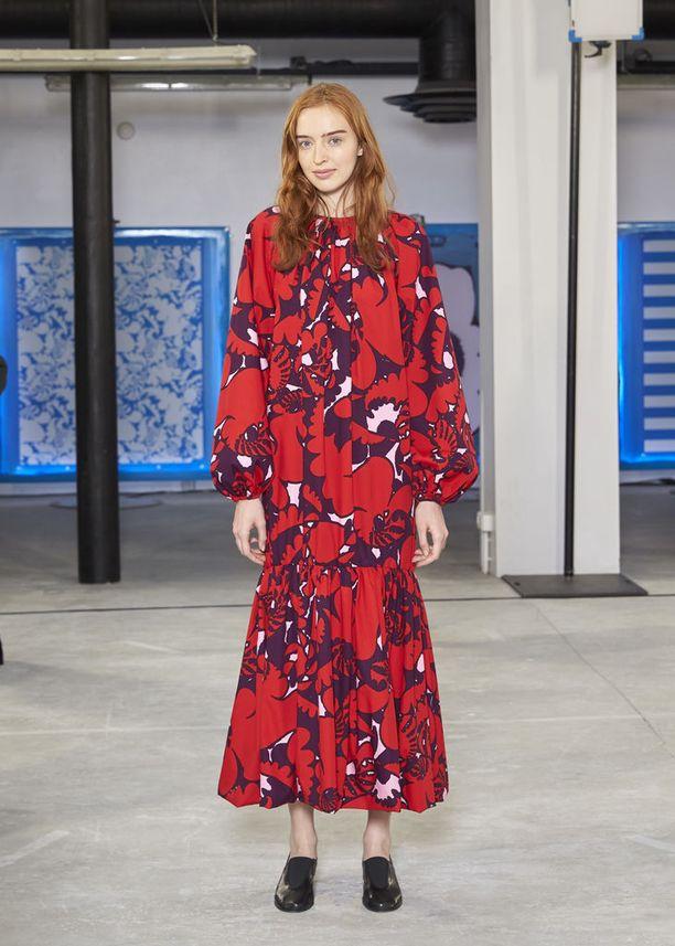 Marimekon suunnittelu- ja tuotekehityspäällikkö, studio manager Taru Lahti nostaa uudella Akileija-kuosilla koristellun ja lyocellista valmistetun mekon yhdeksi malliston must have -tuotteista. Mekko on Riikka Burin suunnittelema.