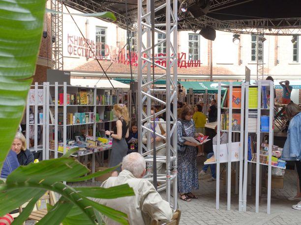 Jos osaa venäjää, Uuden Hollannin Pullotalossa voi muun muassa käydä kirjaostoksilla.