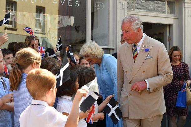 Kuninkaalliset tervehtivät myös lapsia.