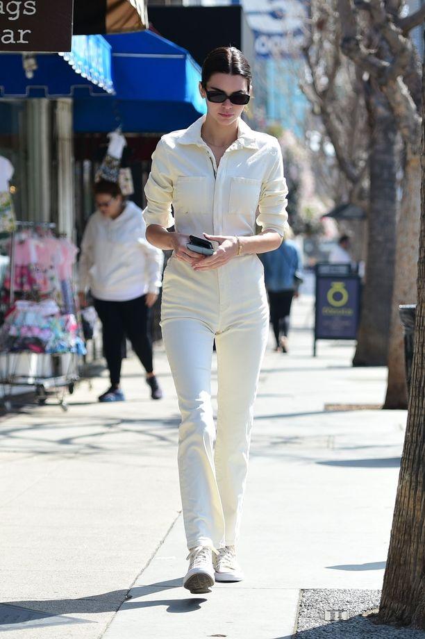 Kendall Jennerin kokovalkoinen haalarilook näyttää raikkaan tyylikkäältä.