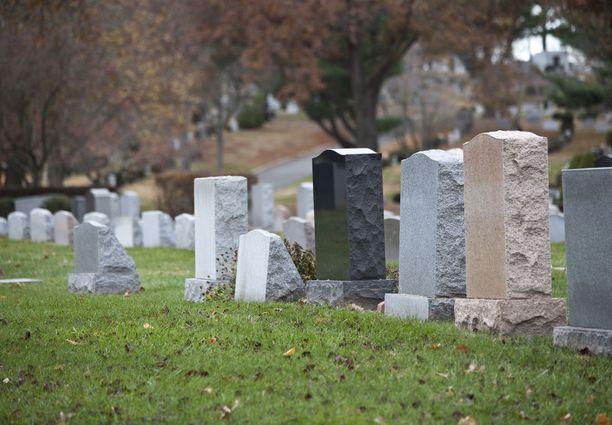 Vanhemman kuoltua kustannukset eivät välttämättä jää vain hautajaisiin, vaan riitatilanne voi tulla kalliiksi ja viedä valtavasti energiaa.
