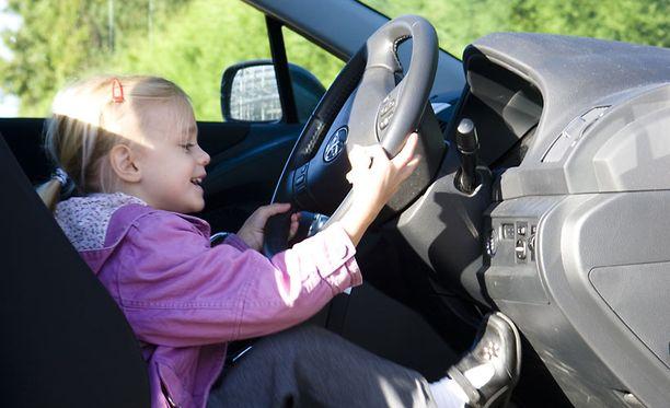Isä oli vakuuttanut tyttärelleen, että tämä voi ajaa autoa. Kuva ei liity tapaukseen.