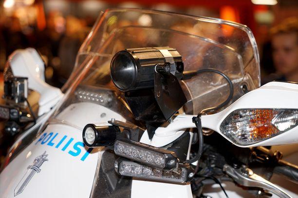 Moottoripyöräpoliisi mittasi kaaharilta 126 km/t nopeuden tiellä, jossa rajoitus oli 60 km/t. Kuvituskuva.