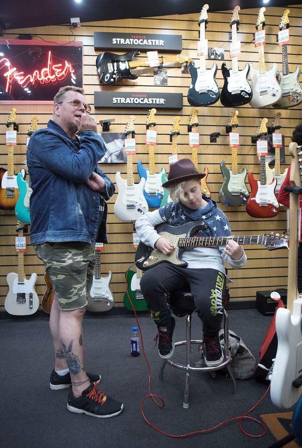 Neumannin vanhempi poika Noel seuraa isänsä jälkiä ja soittaa jo jonkin verran kitaraa.