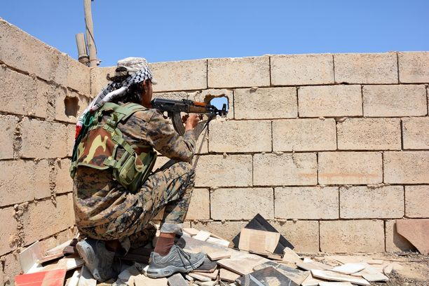 Kurdilaissotilas on osa liittouman tukemaa YPG:tä ja Syyrian demokraattisia voimia.
