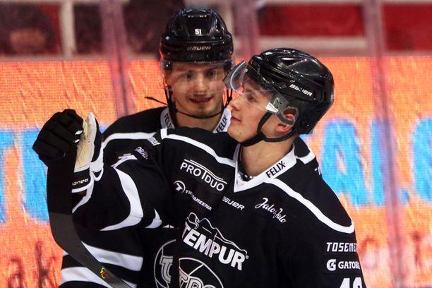 Lauri Pajuniemi (oik.) ja Markus Nurmi juhlatuulella.
