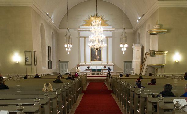 Suomen katolinen kirkko suhtautuu merkkivuoden viettämiseen epäillen, koska kyse on kirkkojen hajaantumisen muistelemisesta. Kuvassa Kuopion Tuomikirkko.